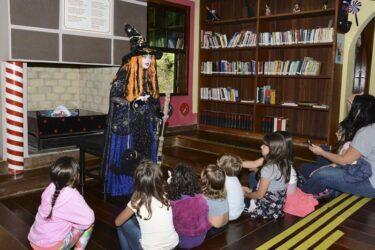 Bruxas do Bosque Alemão, em Curitiba, contam histórias online para entreter as crianças
