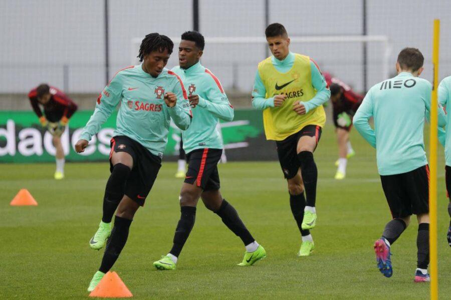 Barcelona e Manchester City avançam em troca de laterais portugueses