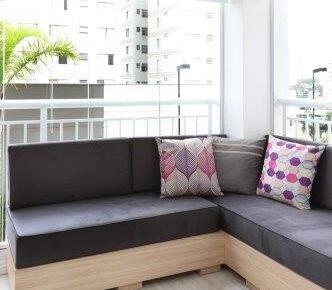 Com móvel exclusivo, varanda ganha pequeno lounge integrado a ambientes