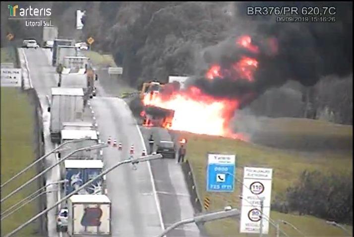 Carreta pega fogo e assusta motoristas na BR-376, em São José dos Pinhais