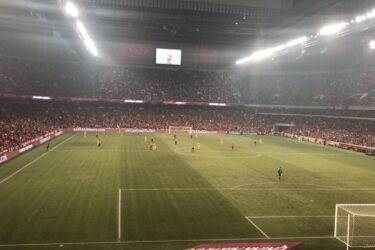 Athletico perde pênalti e sai de campo derrotado em noite de recorde na Arena