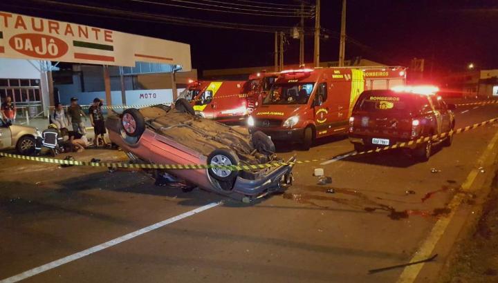Cinco pessoas são ejetadas após capotamento de veículo, em Cascavel