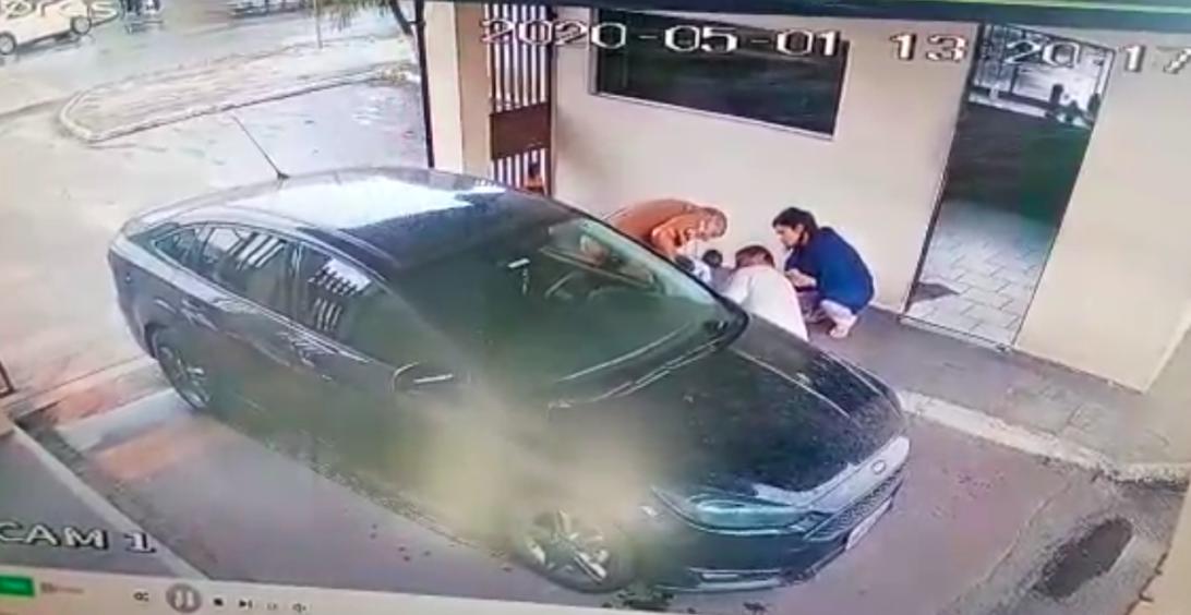 Veja o vídeo: policial age rápido e ajuda a salvar bebê afogado