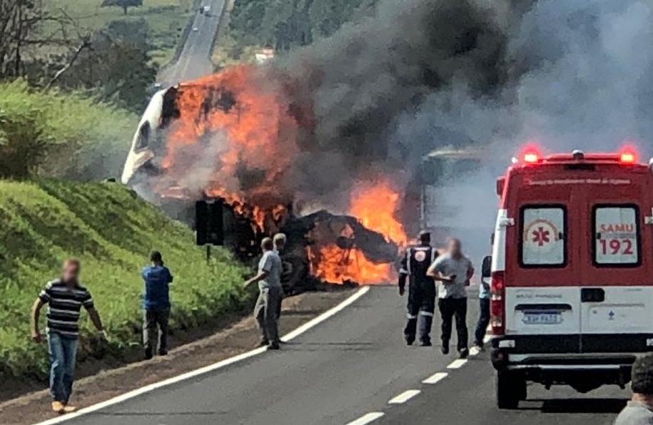 Carreta e caminhão explodem após baterem de frente na BR-376; 2 vítimas morreram carbonizadas