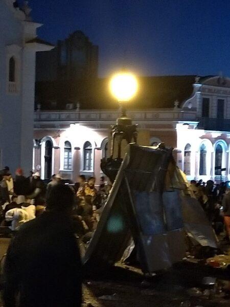 Carnaval no Largo da Ordem termina em confusão e prejudica feirantes, em Curitiba