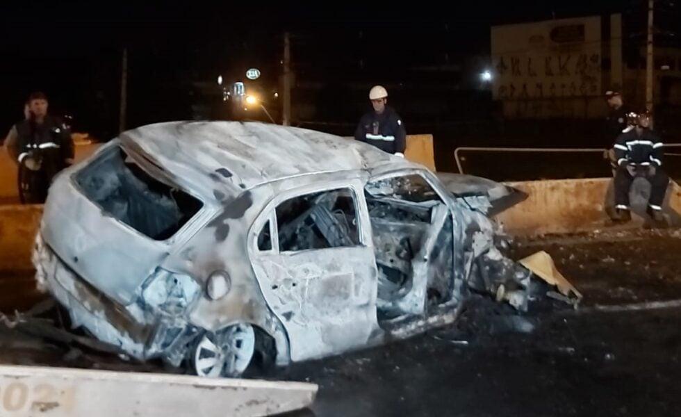 Motorista morre após colidir com mureta e carro pegar fogo na BR-376, em Maringá