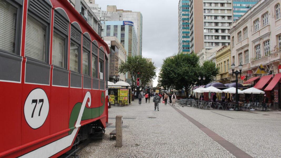 Pandemia faz artistas de rua de Curitiba contarem com doações para sobreviver