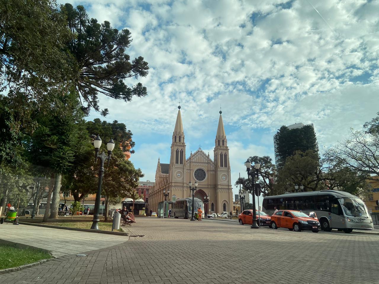 centro-praca-tiradentes-curitiba-igreja