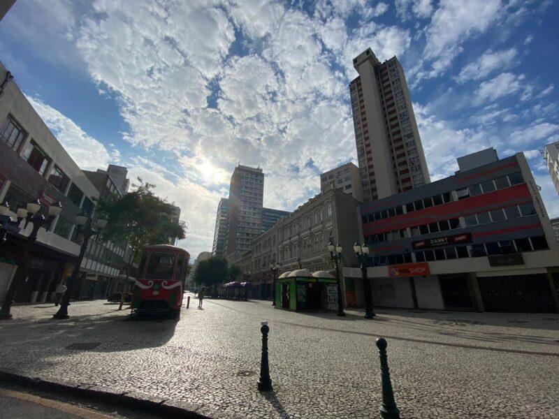 Comércio fechado, quase nenhum pedestre, poucos carros: veja como está a região Central de Curitiba por causa do coronavírus