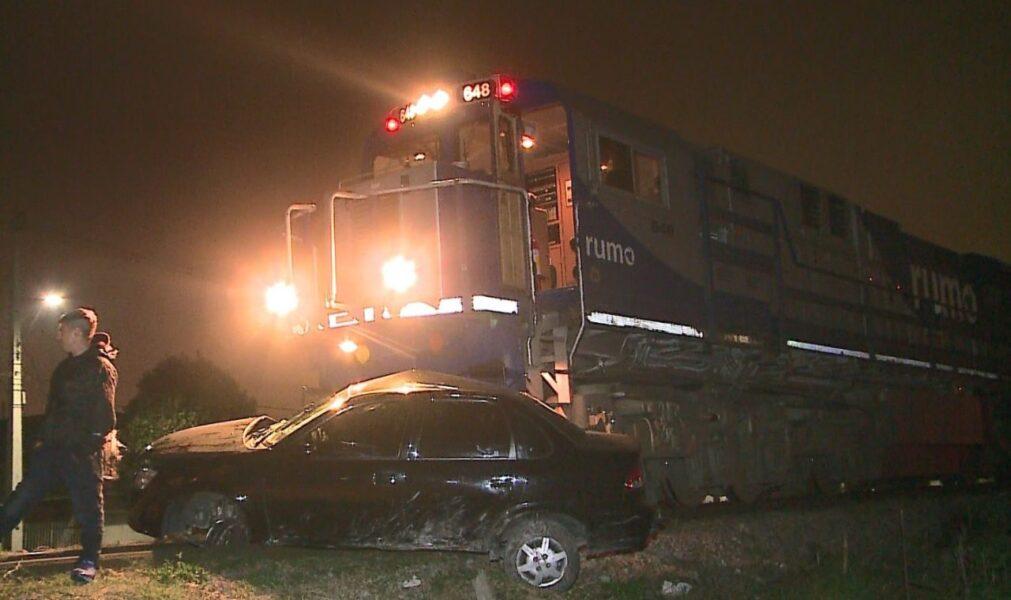 Família é arrastada por 300 metros em acidente entre carro e trem, no Cajuru
