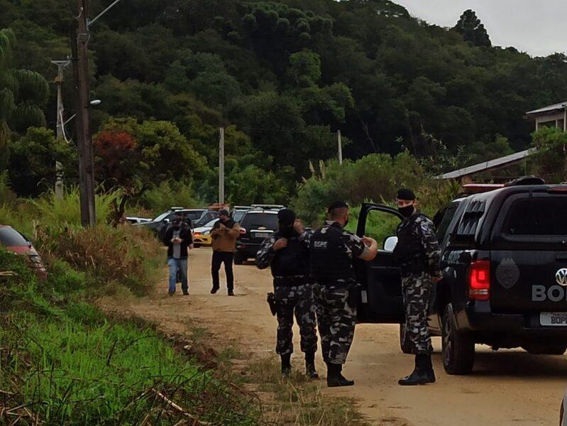 Suspeito é morto em confronto com policiais no bairro Butiatuvinha, em Curitiba