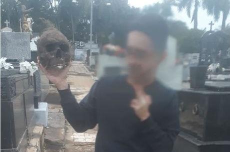 Bêbados, jovens saem da balada, tiram 'selfie' com crânio e são presos no cemitério