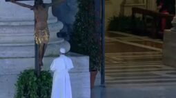 Após oração de papa com crucifixo milagroso, mortes por coronavírus caem na Itália