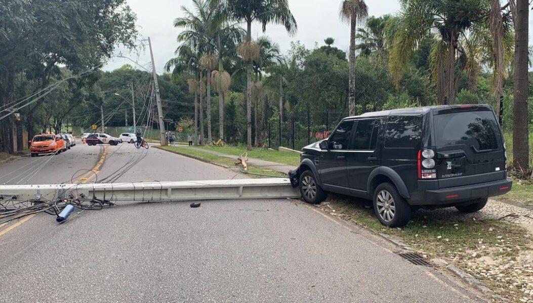 Motorista derruba poste e deixa residências sem luz, em Curitiba