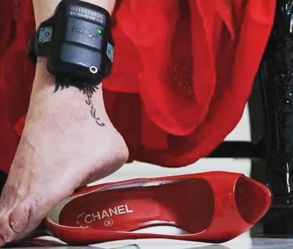 De vestido vermelho e tornozeleira, doleira da Lava Jato posta foto no Instagram