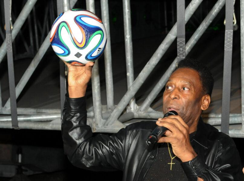 Pelé recebe alta do hospital em Paris e retorna ao Brasil