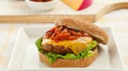 Marca ensina como escolher o melhor queijo para combinar com o hambúrguer