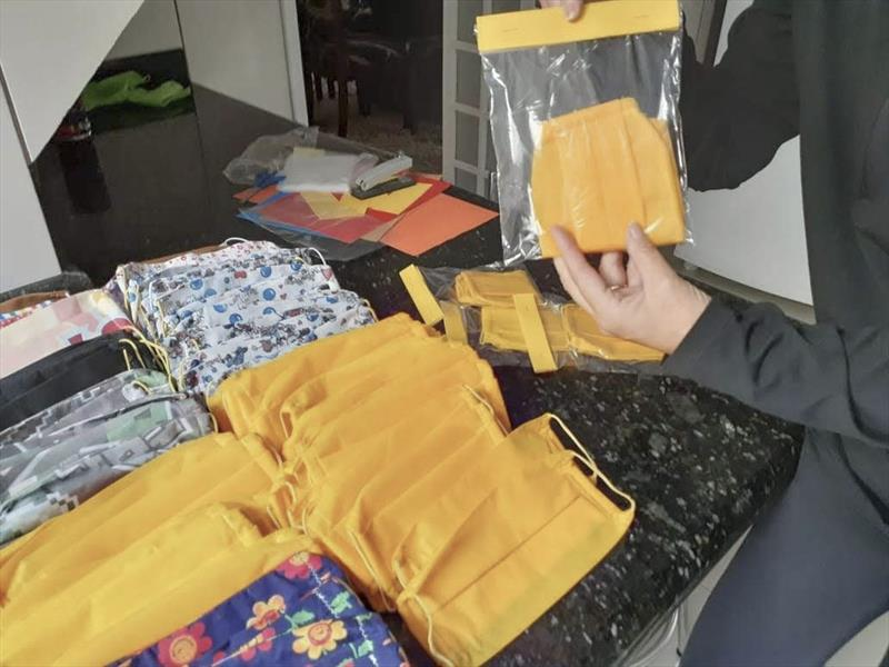 Mesmo fechada, escola do Pinheirinho produz máscaras para os estudantes