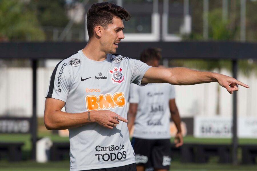 Danilo Avelar não deve perder vaga com chegada de Sidcley no Corinthians