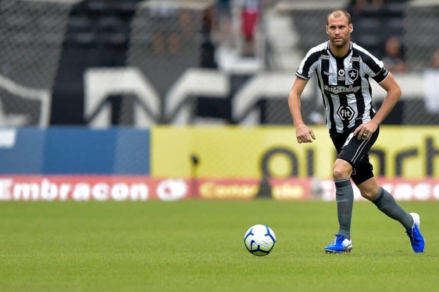 Botafogo não consegue negociar Carli e trabalha com permanência