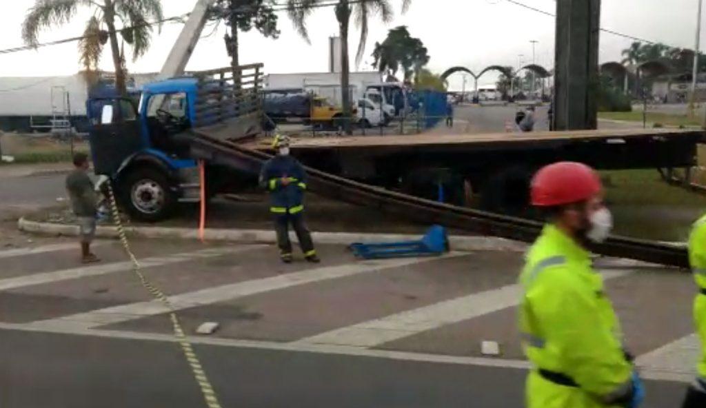 Motorista de caminhão morre após colidir em dois postes na frente do CEASA