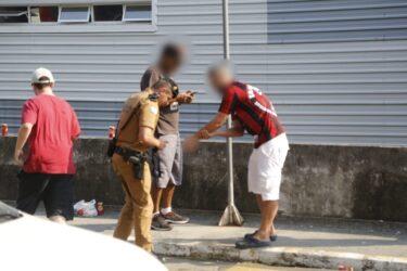 Com apoio da torcida, Athletico embarca para Porto Alegre; torcedor fica ferido ao soltar rojão