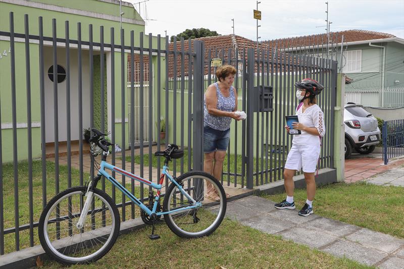 enfermeira entrega remedios de bicicleta curitiba Foto Hully Paiva SMCS 2