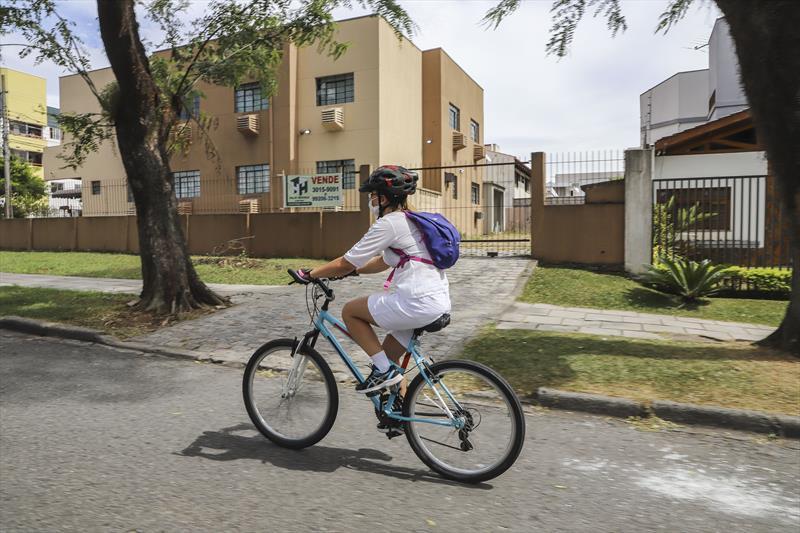 De bicicleta, enfermeira entrega medicamentos para idosos em isolamento pelo coronavírus
