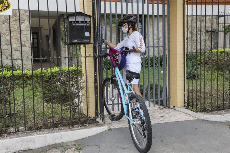 enfermeira entrega remedios de bicicleta curitiba Foto Hully Paiva SMCS