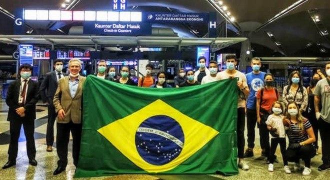 Vídeo: Brasileiros cantam 'Evidências' em voo de repatriação vindo da Ásia
