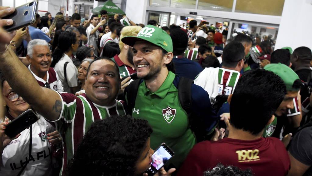 Elenco do Fluminense é recebido com festa no aeroporto em São Luís