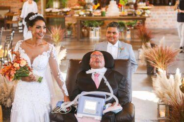 Pai com doença degenerativa realiza sonho e leva filha ao altar em Curitiba