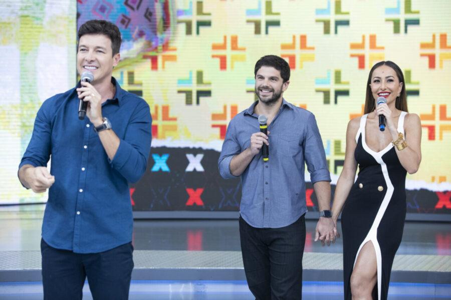 """Rodrigo Faro e Sabrina Sato revivem hits infantis dos anos 1990 em """"Dança Gatinho"""""""
