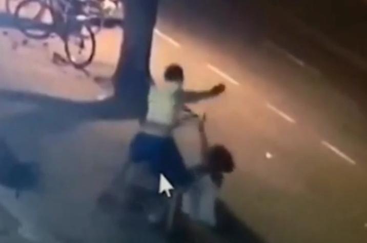 Imagens fortes: homem esfaqueia e espanca esposa no meio da rua em Maringá