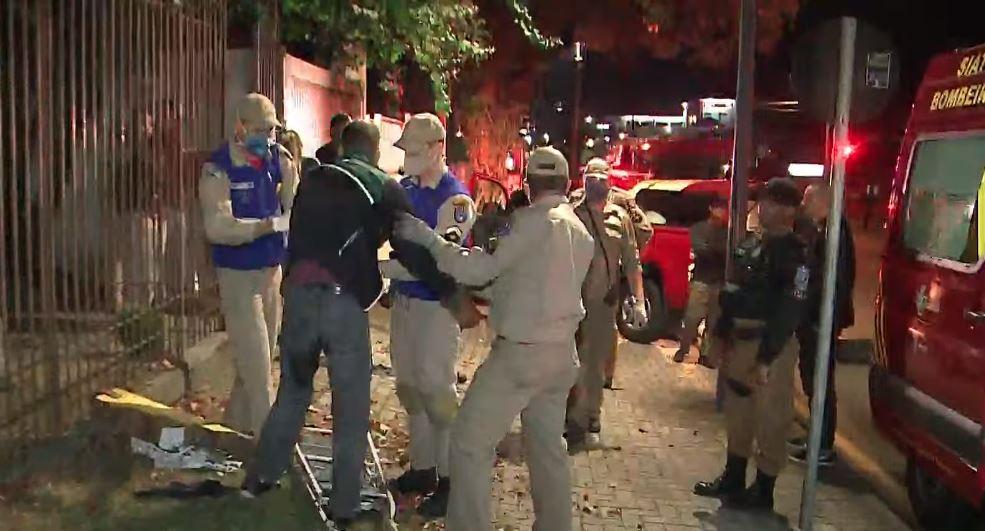 Homem tenta assaltar casa e acaba machucado ao pular portão, em Curitiba