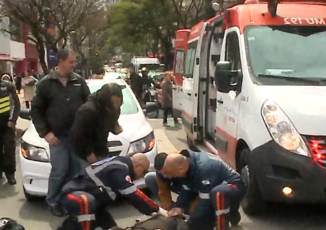 Idosa é atropelada enquanto atravessa rua pela faixa pedestre em Curitiba