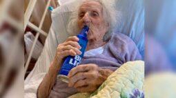 Idosa de 103 anos vence o coronavírus e comemora bebendo cerveja