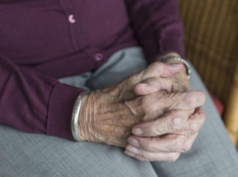 Idosa de 79 anos é morta a tiros dentro de casa; suspeita de crime por ciúmes