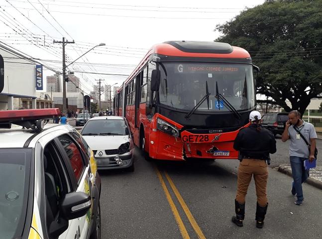 Motorista de 81 anos fica ferido em acidente com biarticulado no Pinheirinho