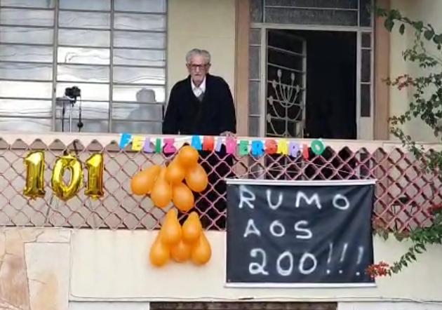 Emocionante: idoso ganha passeata em comemoração aos 101 anos em Curitiba