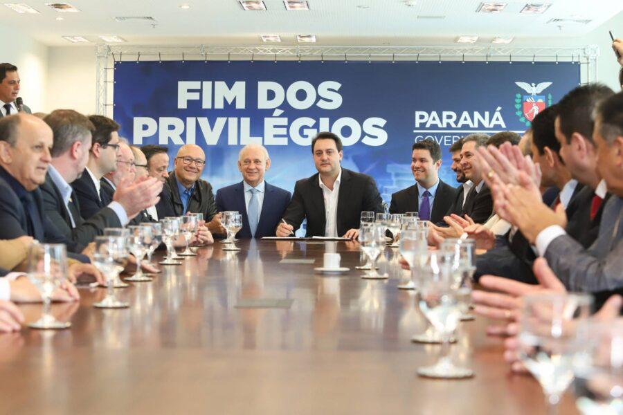 Sem privilégios: fim da aposentadoria para governadores é decretada no Paraná