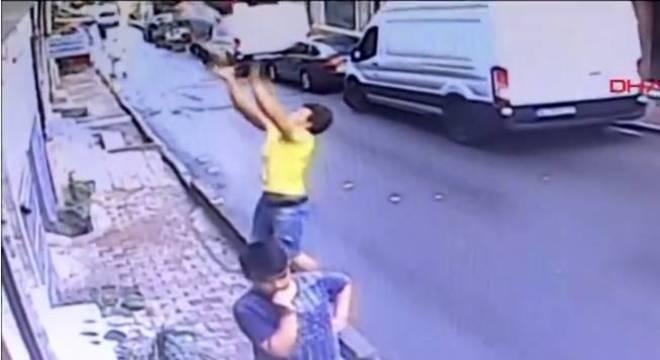Imigrante salva bebê que caiu de prédio na Turquia; assista