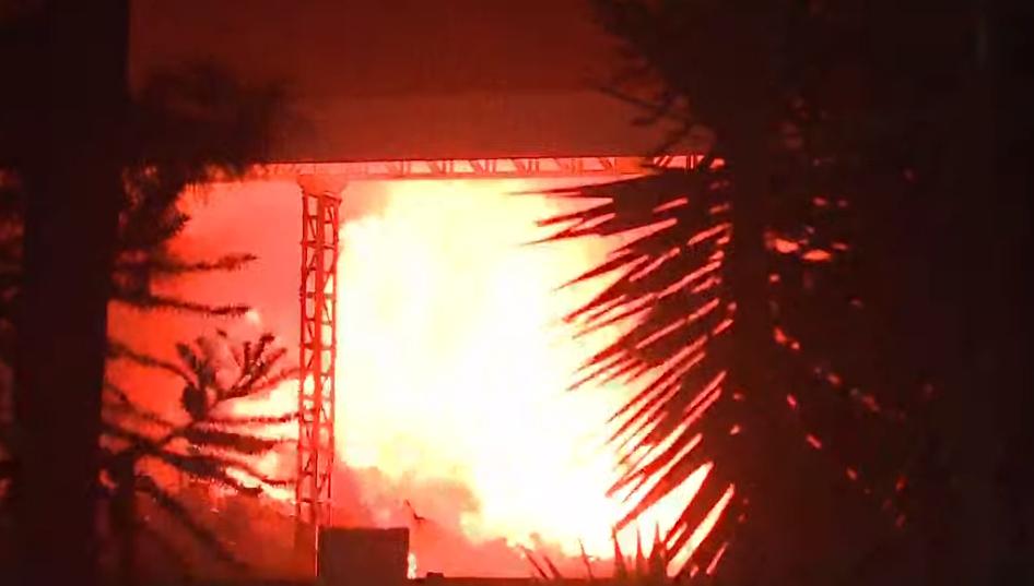 Incêndio destrói barracão de fábrica de metal, na Cidade Industrial de Curitiba