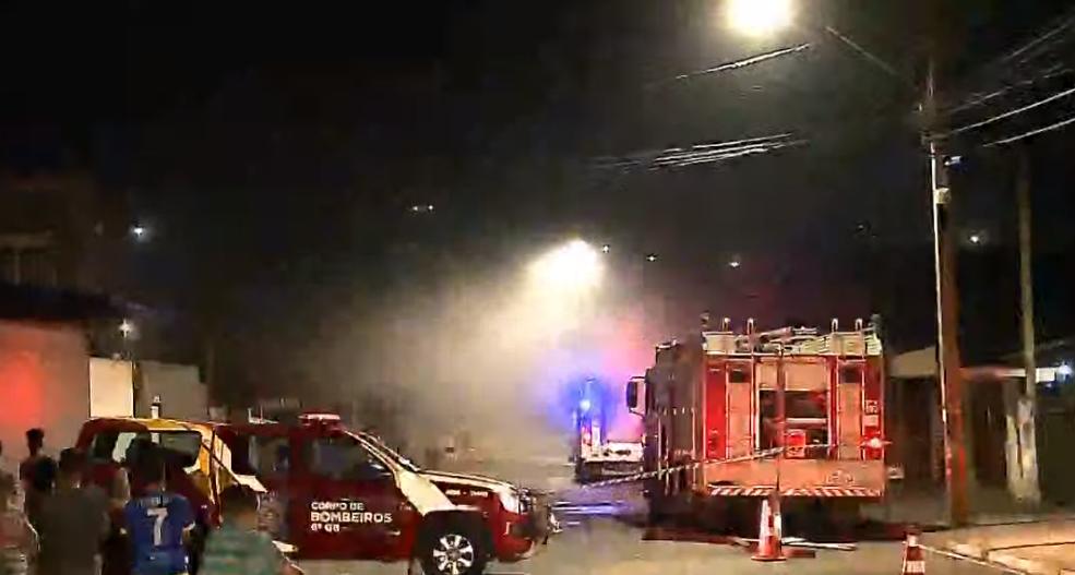 Incêndio destrói supermercado no bairro Tomaz Coelho, em Araucária