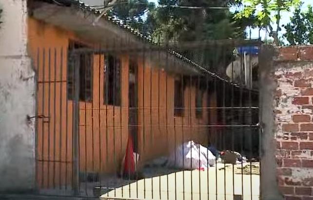 Homem é suspeito de trancar esposa e filho em casa que pegou fogo na Grande Curitiba