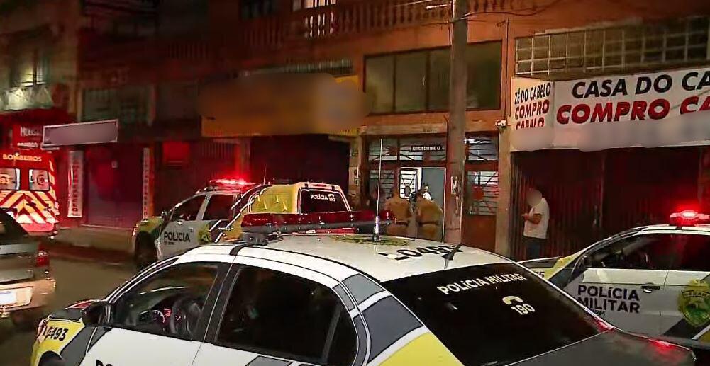 Jovem é assassinado no portão de prédio no centro de Curitiba