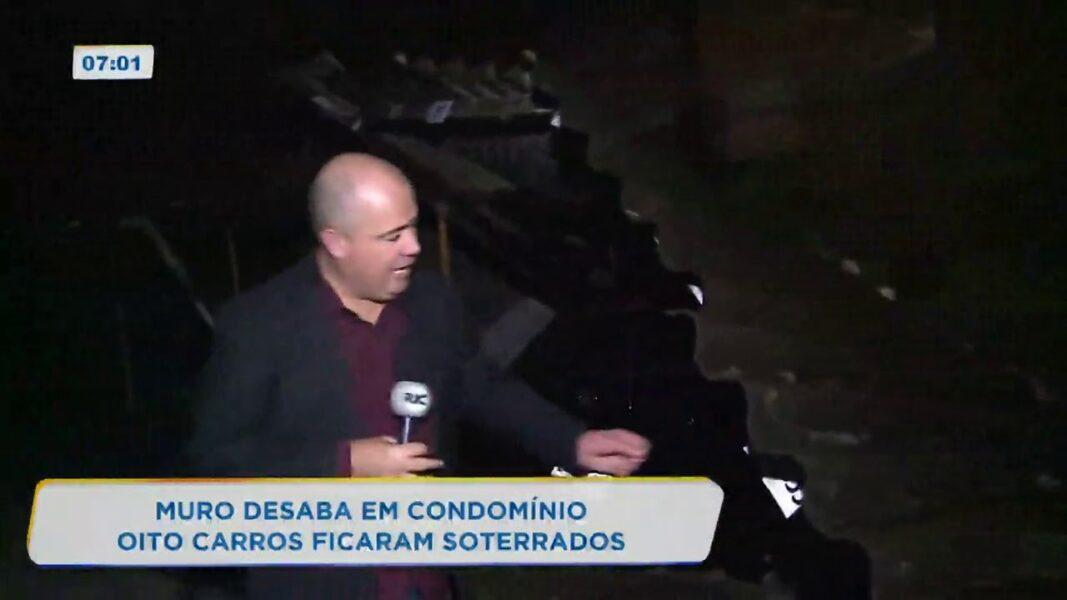 Muro desaba durante chuva forte e soterra onze carros em Curitiba
