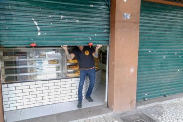 Comerciantes em guerra sobre fechar ou não as portas