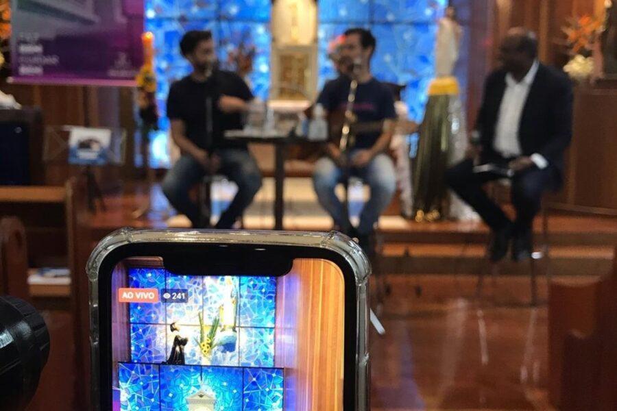 Vídeo: dupla Álvaro & Daniel faz live cantando em capela de hospital em Curitiba
