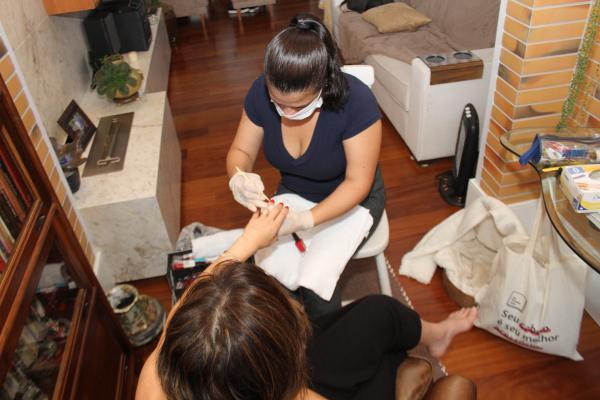 Manicure vende salão e fatura com atendimento na casa do cliente